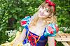 Piękny młodych blond kobieta ubrana jak Królewna Śnieżka poz | Stock Foto