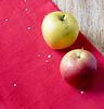 Äpfel auf rotem Tuch | Stock Foto